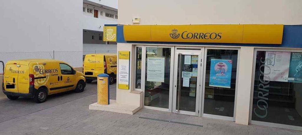 Correos-Peguera-Haupteingang-Postautos-Briefkasten