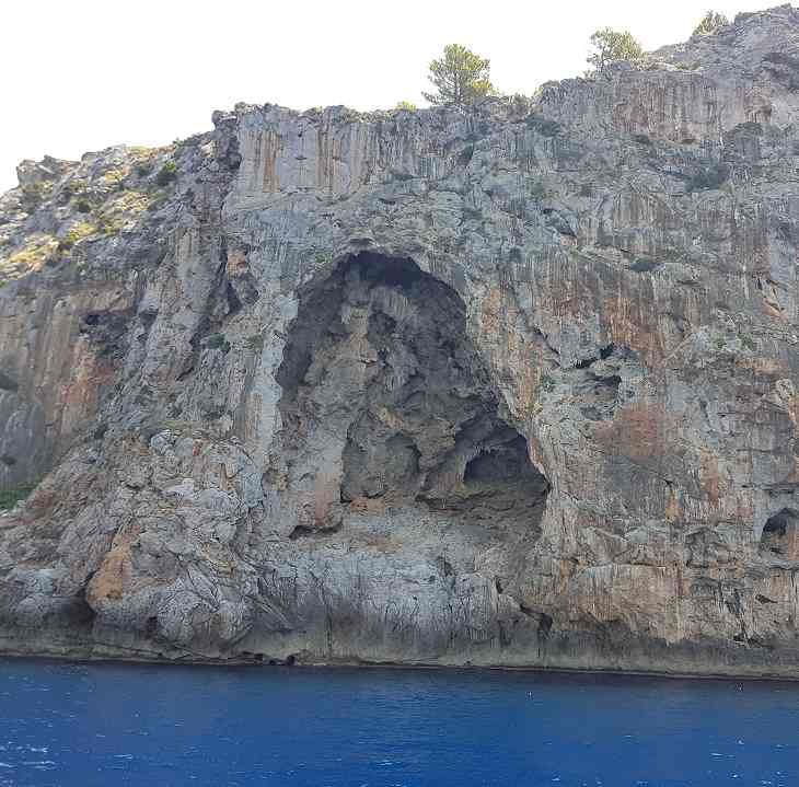 Felshoehle-in-der-Serra-de-Tramuntana-vom-Ausflugsschiff-Mallorca
