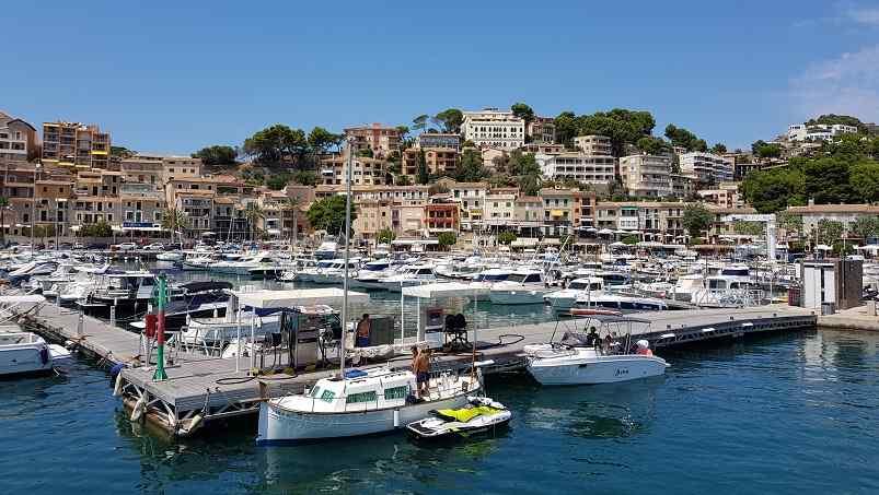 Inselrundfahrt-Mallorca-Boote-Schiffe-im-Port-de-Soller
