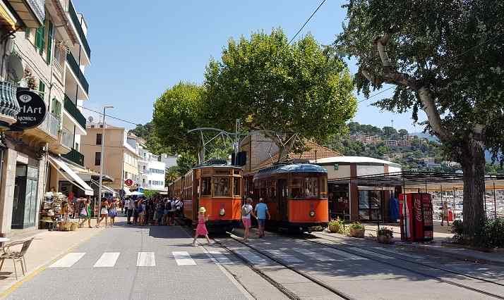Inselrundfahrt-Mallorca-Soller-Bahn-im-Port-de-Soller