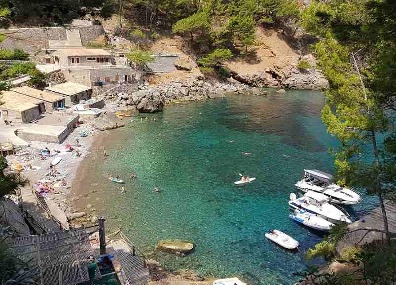 Sa-Calobra-Blick-auf-den-Strand-tuerkises-Wasser