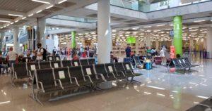 Sitzplaetze-mit-Abstand-in-der-Coronakrise-am-Flughafen-Palma-de-Mallorca