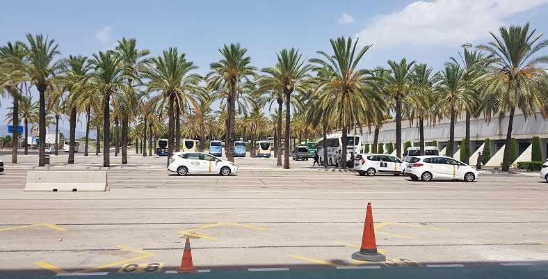 mallorca-reisebericht-paguera-2020-leerer-busparkplatz-am-flughafen-mallorca-wegen-coronakrise