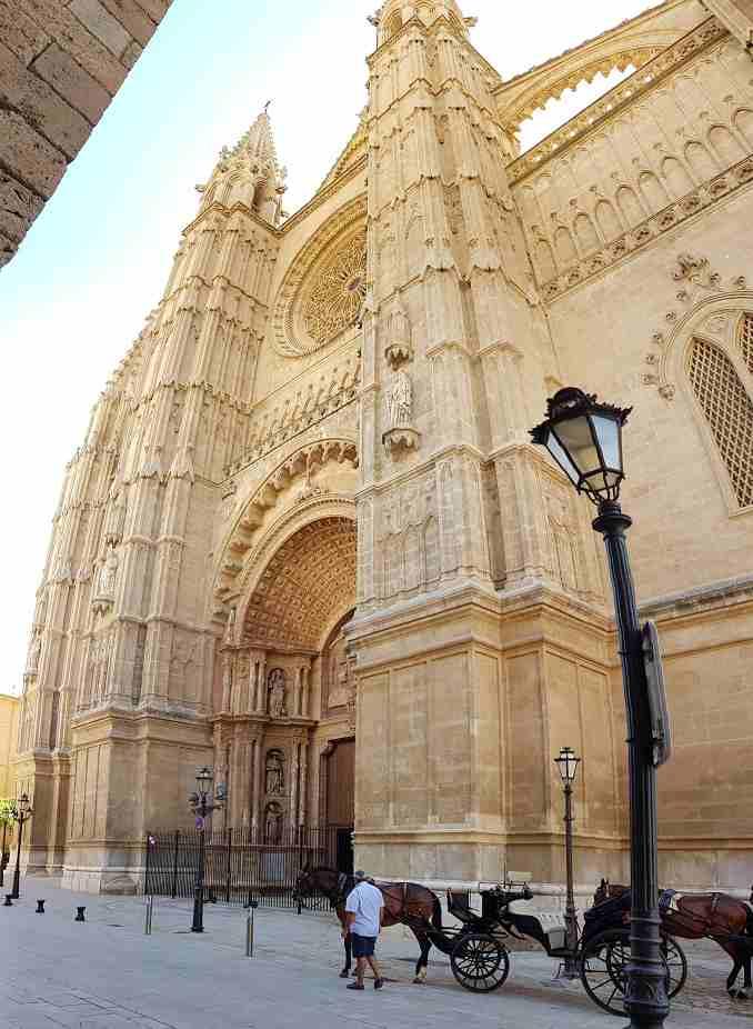 Catedral-de-Mallorca-Kathedrale-Eingang-mit-Kutsche-Pferd-und-Laterne