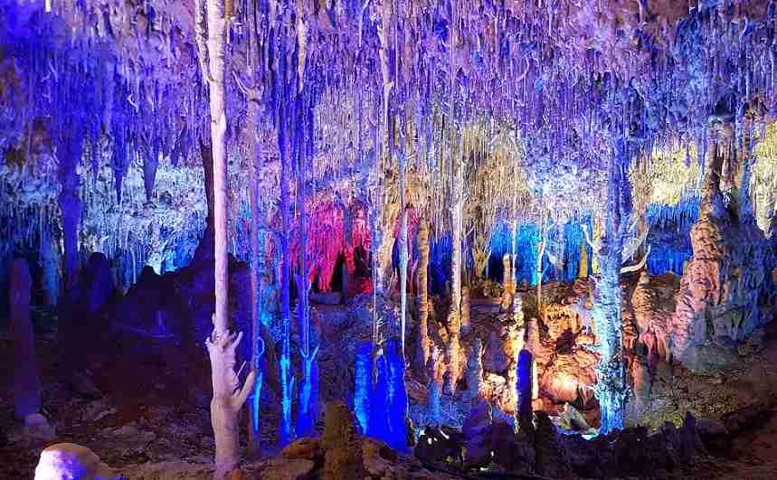 Cuevas-dels-hams-porto-christo-Tropfsteine-Stalagmiten-Stalaktiten-beleuchtet