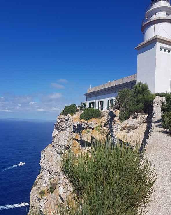 Leuchturm-Cap-de-Formentor-noerdlichster-Punkt-Mallorca-mit-Abgrund-Meer-Yachten