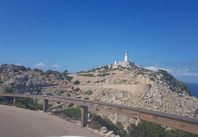 Mallorca Sehenswuerdigkeiten-Far-de-Formentor-Leuchtturm-vom-Auto-gesehen