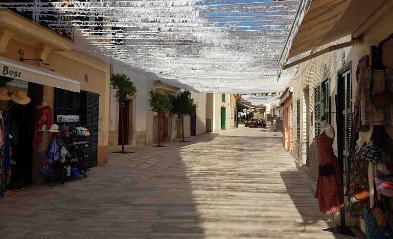 Mallorca Sehenswuerdigkeiten-Hauptstrasse-Altstadt-Alcuida-Mallorca-Geschaefte