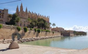 Mallorca Sehenswuerdigkeiten-Kathedrale-von-Palma-Parc-de-la-mar-Parkanlage-See