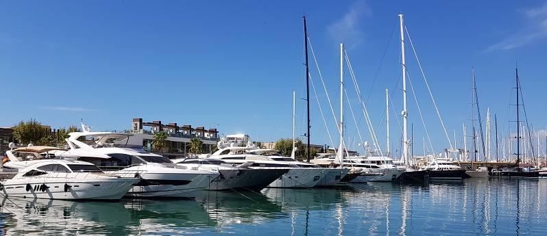 Mallorca Sehenswuerdigkeiten-Yachthafen-von-Palma-mit-Motor-und-Segelyachten