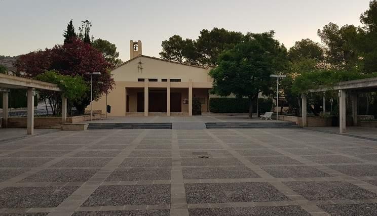 Vorplatz-Kirche-in-Paguera-im-Hintergrund