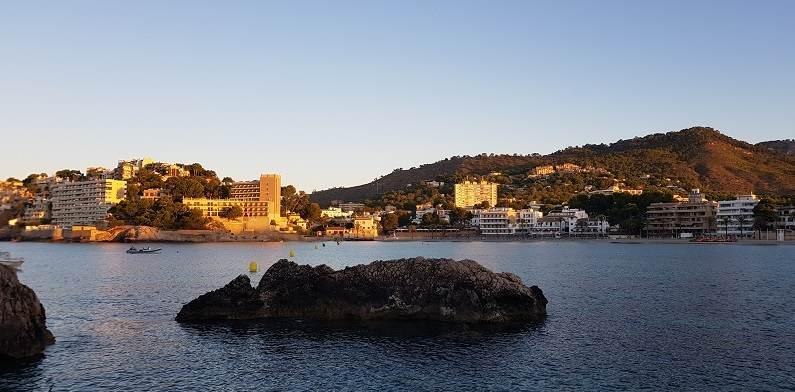 Blick-auf-das Meer-und-die-Palmira-Bucht-in-Paguera