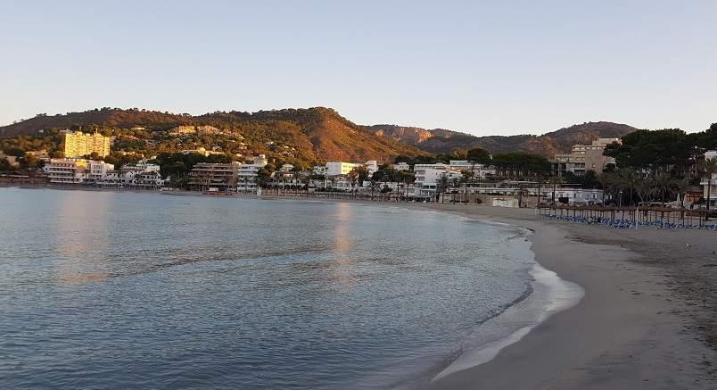 Blick-auf-den-Palmira-Strand-mit-Meer-Sand-und-Schirmen