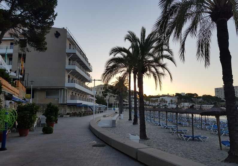 Blick-auf-die-Strandpromenade-Paguera-Palmira-Strand-und-Hotel-Carabela