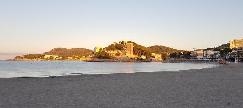 Hotel-Mar-y-Pins-Palmira-Strand-und-Cala-Fornells-im-Hintergrund