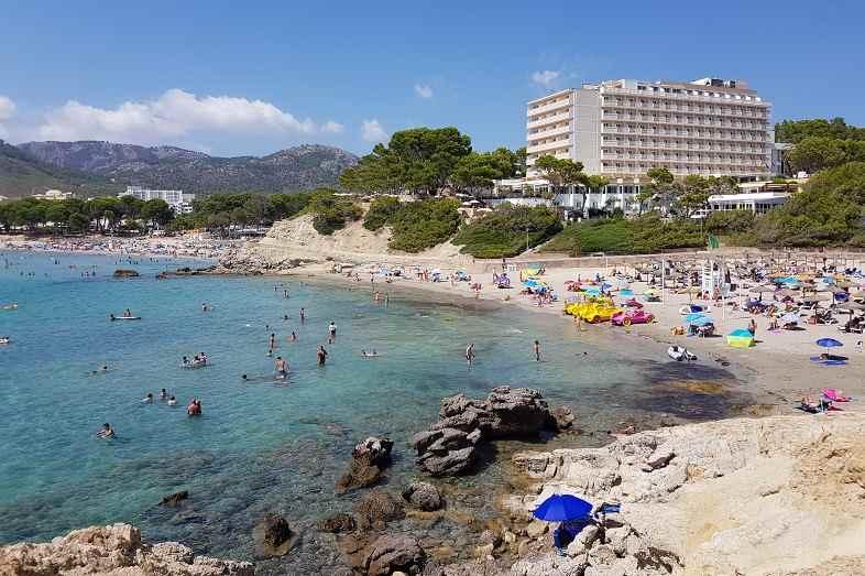 Playa-La-Romana-und-Lido-Park-im-Hintergrund-von-Anhoehe-fotografiert