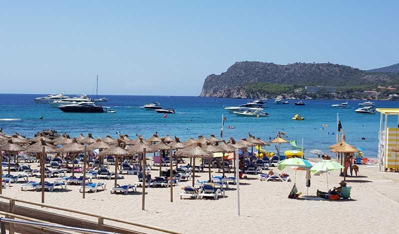 Romana-Strand-Schirme-und-Yachten-im-Hintergrund