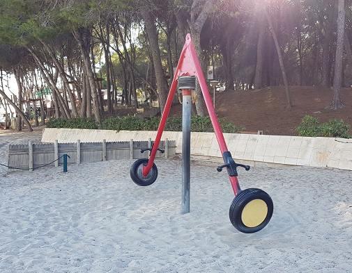 Spielgelegenheit-fuer-Kinder-am-Playa-Tora-Paguera