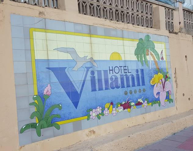 Verziertes-Schild-des-5-Sterne-Hotel-Villamil