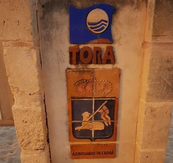 Verziertes-Schild-des-Playa-Tora-Paguera