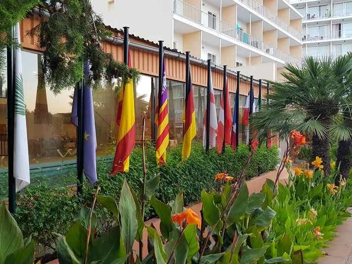 fahnen-am-eingang-des-valentin-park-paguera-hotel