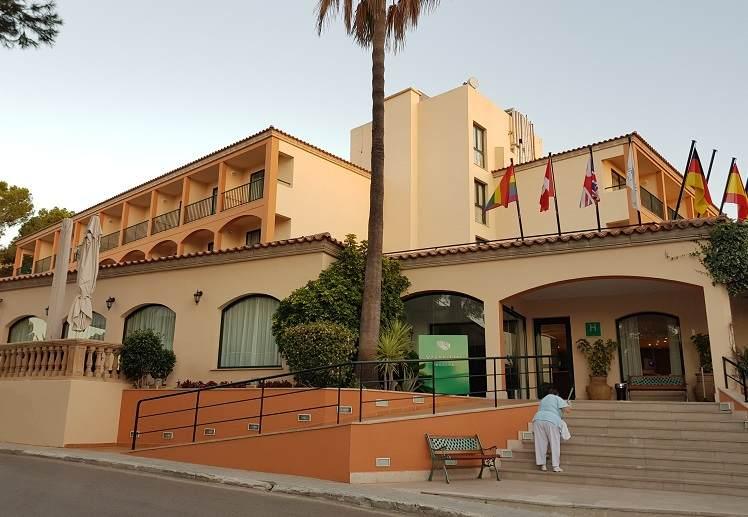 haupteingang-des-valentin-paguera-hotel-suites